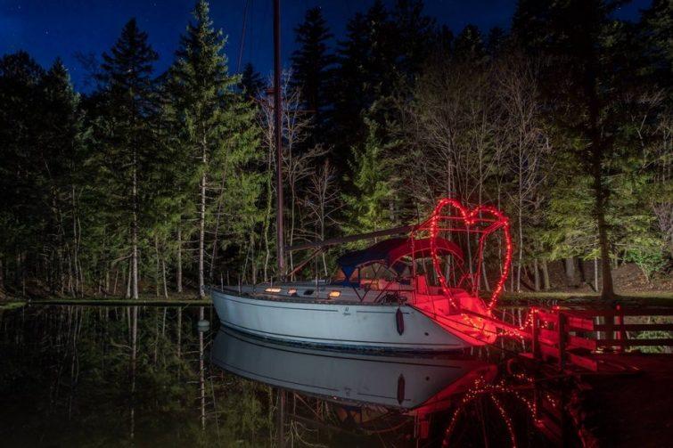 Nuit sur un voilier dans les montagnes