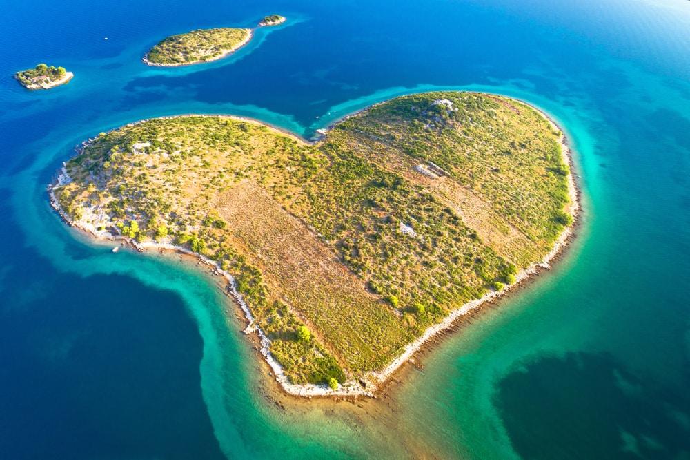 Île en forme de coeur de Galesnjak dans l'archipel de Zadar