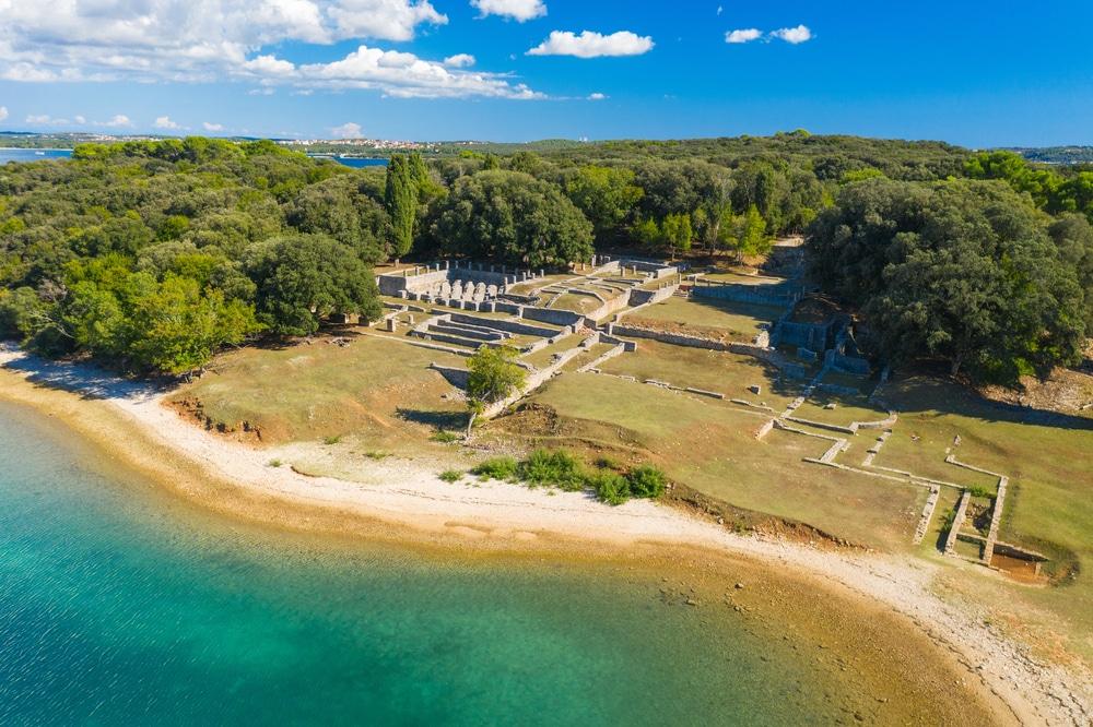 Vue aérienne de la baie de Verige avec les ruines de la villa romaine dans le parc national de Brijuni