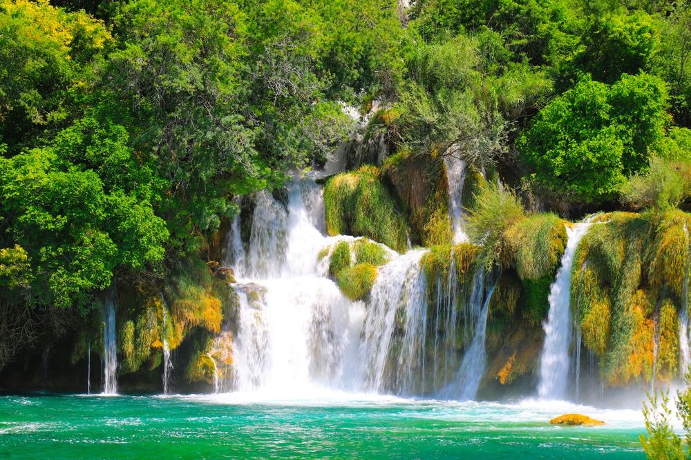 Une cascade pittoresque entre de grandes pierres