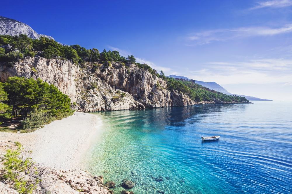 Belle plage de Nugal près de la ville de Makarska en Croatie