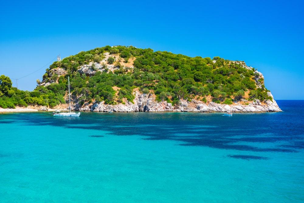 Se relaxer à la plage de Stafilos proche de Skópelos