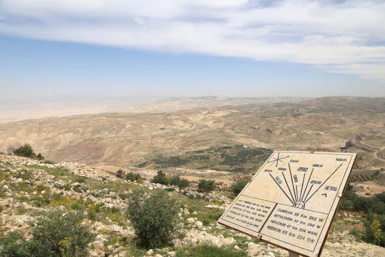 La table d'orientation du Mont Nébo et son panorama