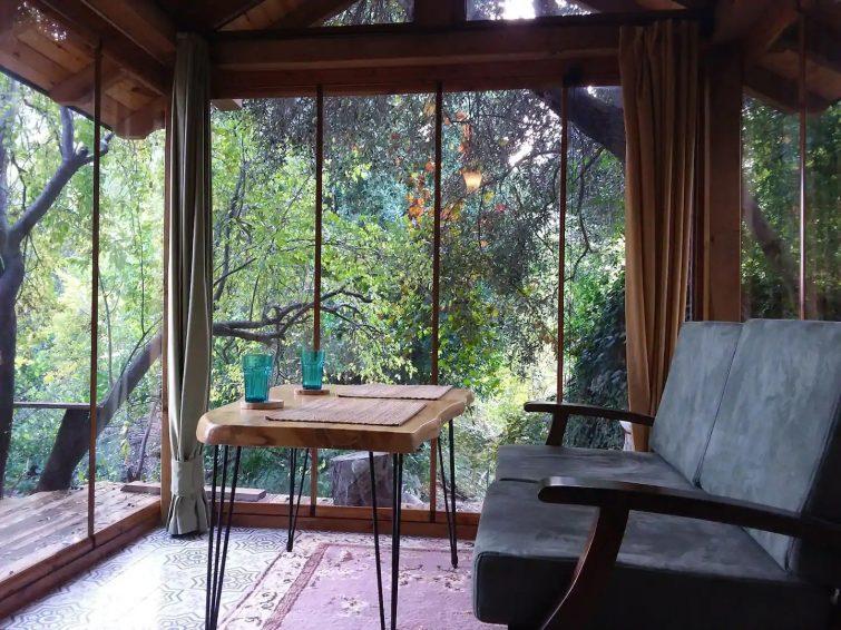 une hutte dans la nature