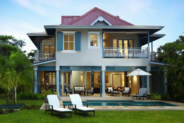 Exceptional villa facing the sea on the beach
