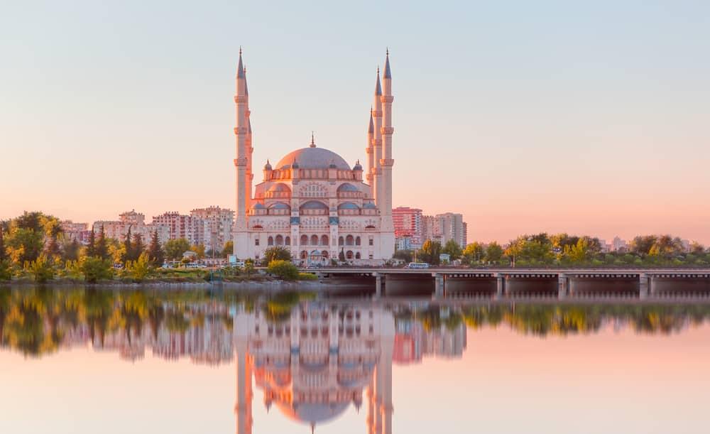 Le pont de pierre et la mosquée Sabanci, Adana, Turquie