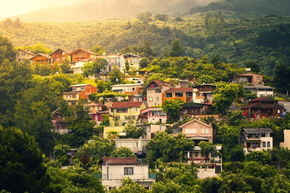 Maisons de village sur les pentes de montagne. Uludag, Bursa