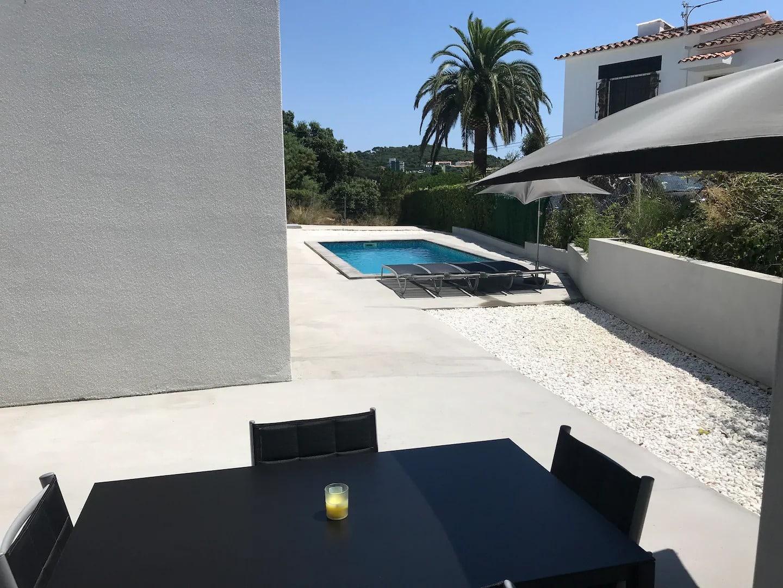 Jolie piscine dans cet Airbnb à Platja d'Aro