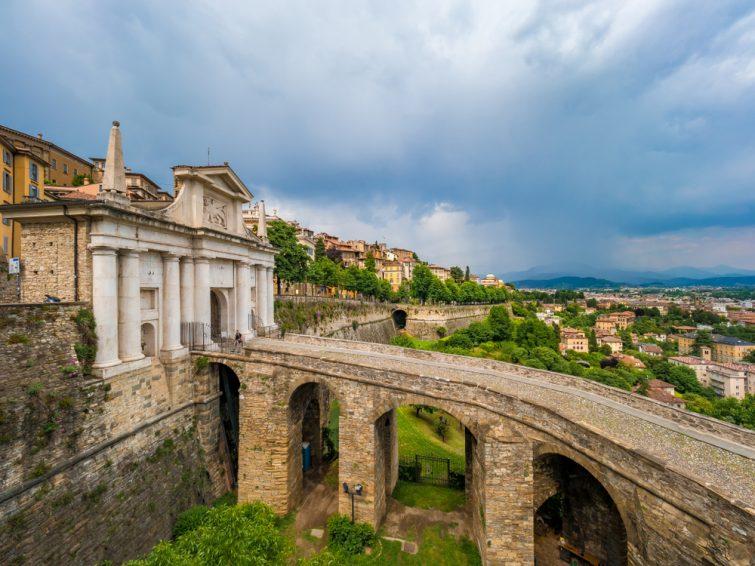 La Porta San Giacomo et les remparts de la ville