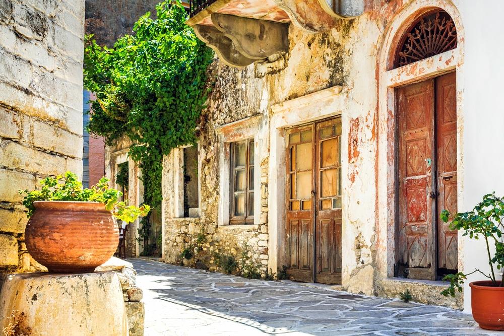 charmantes ruelles étroites des villages grecs traditionnels - Naxos