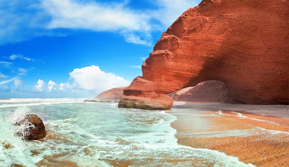Grandes falaises ocre de la plage de Legzira