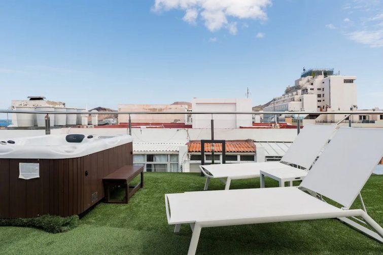 Disfruta de la brisa marina desde la terraza de este ático con solarium