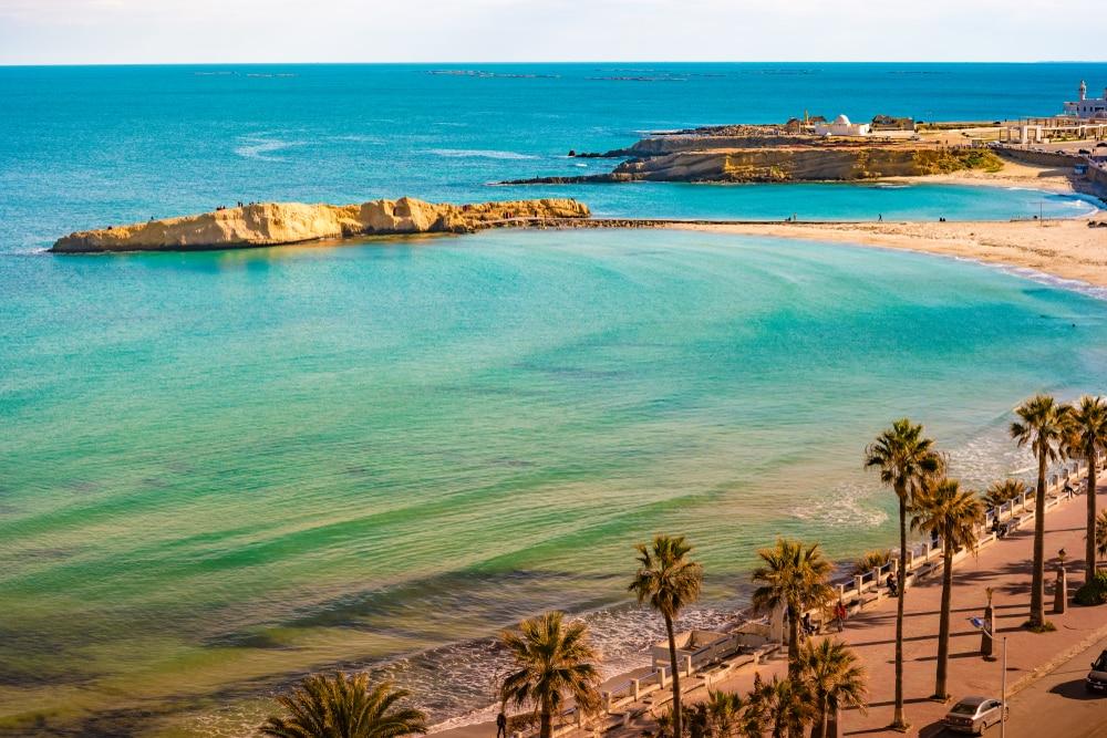 Vue sur la Méditerranée depuis la côte tunisienne
