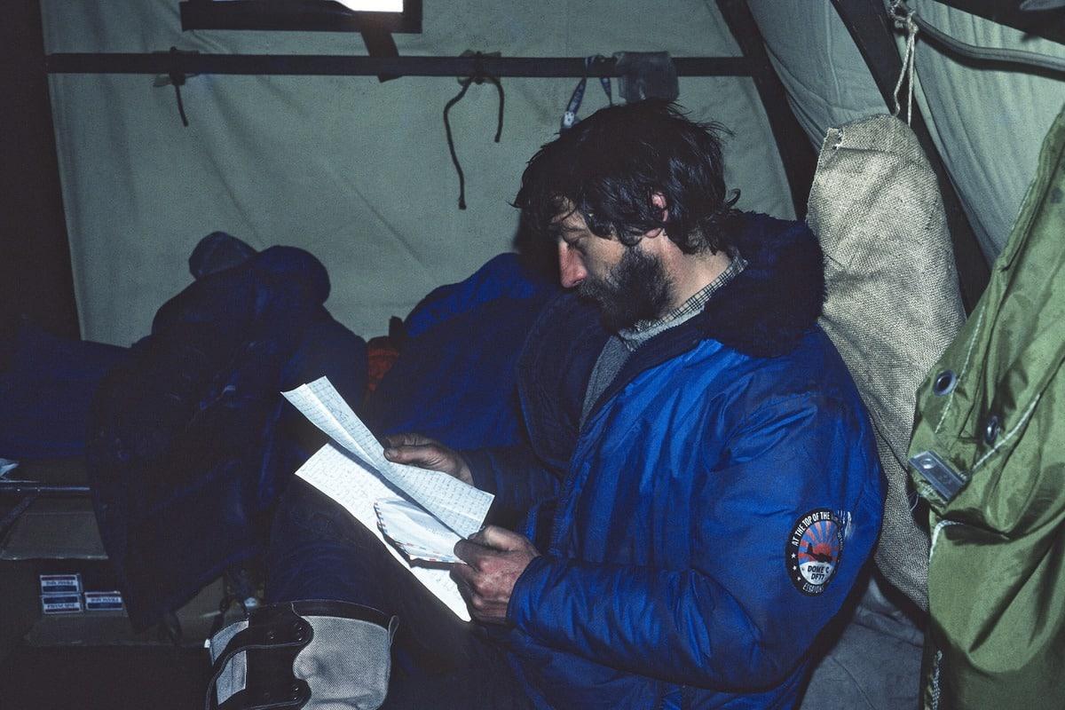 Photo de Daniel lisant son courrier durant la mission aux Îles Kerguelen