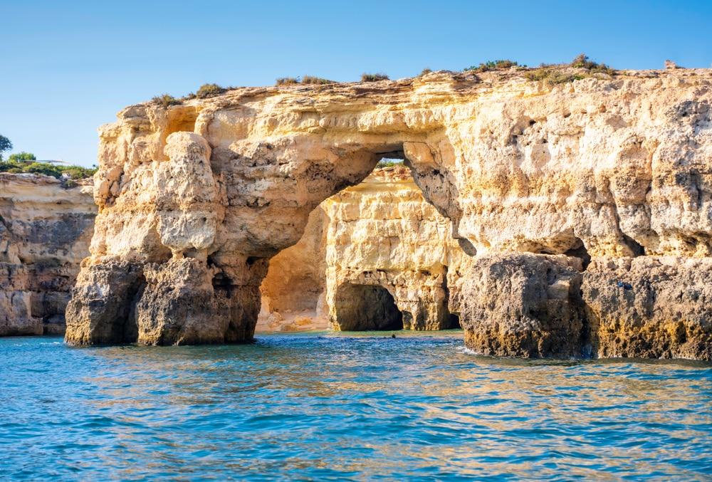 Visiter les grottes en bateau
