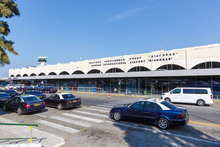 Taxis devant l'aéroport de Rhodes
