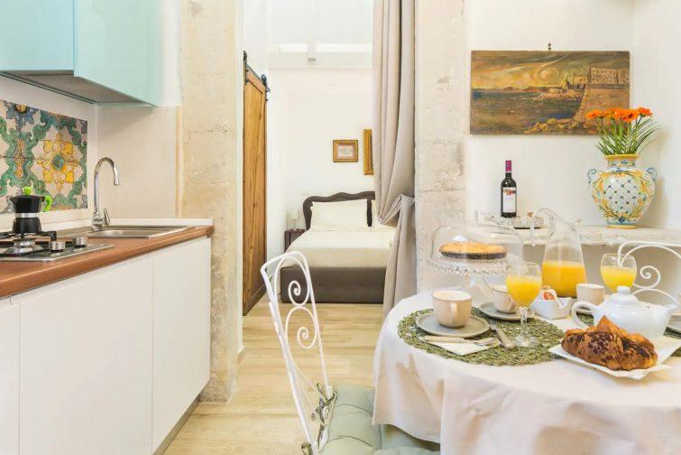 """Airbnb à Syracuse """"Il Principio di Archimede guest & art house."""" In front of Ortigia"""