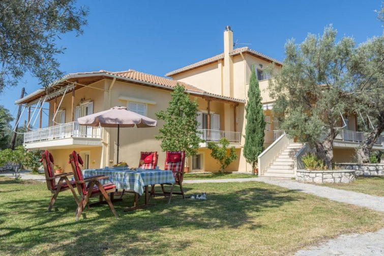 Grande maison au cœur d'une belle oliveraie