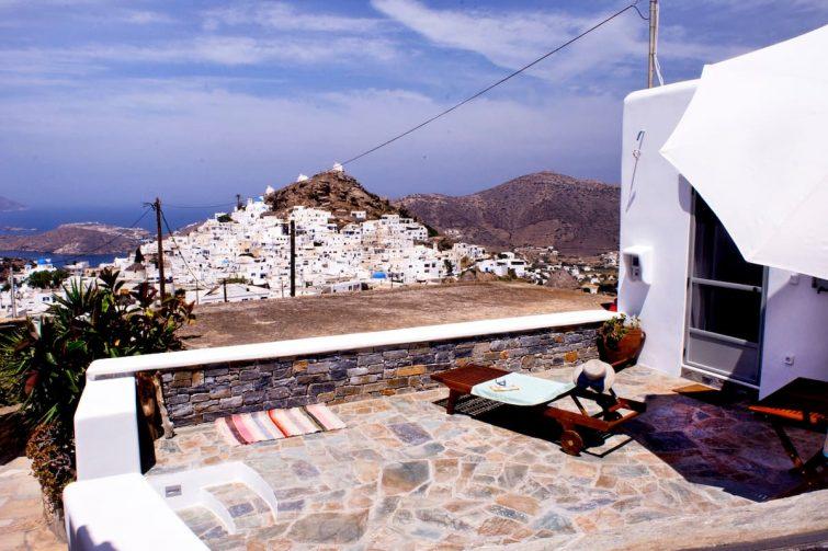 Petite maison calme avec vue imprenable airbnb à Ios