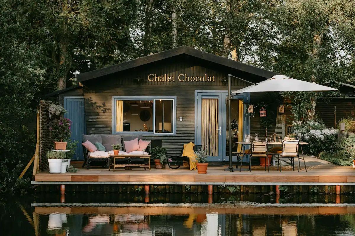Le très cosy Chalet Chocolat est situé au bord de l'eau
