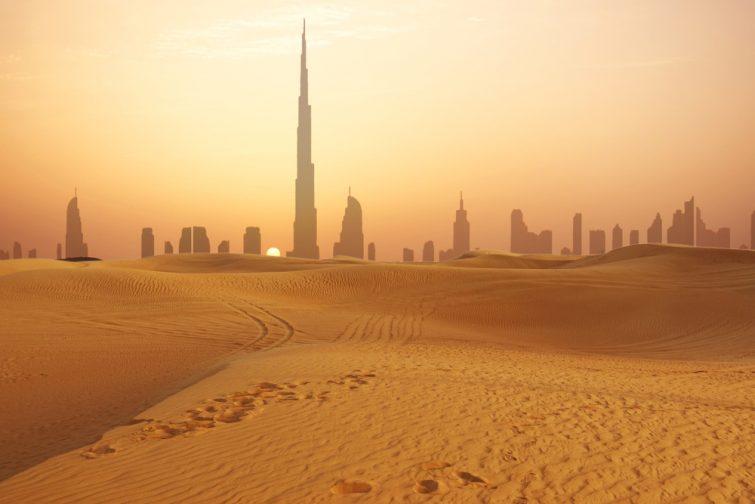 On trouve des voitures de luxe à l'abandon en plein désert - Dubaï