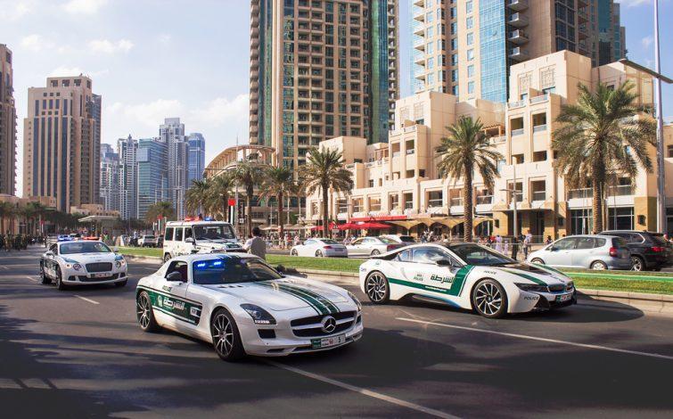 Les policiers se déplacent en supercar